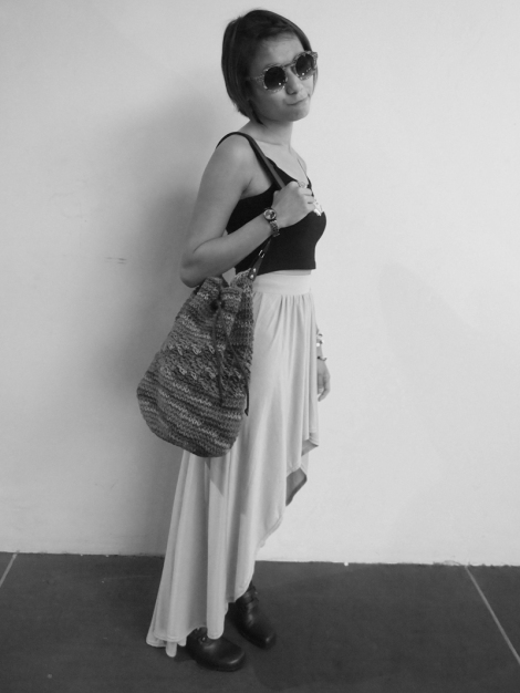 Top (H&M), skirt (Supré), bag (Bangkok), shoes (Mum's), bracelet (H&M).