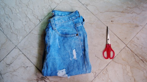 You'll need: Boyfriend Jeans, Scissors.